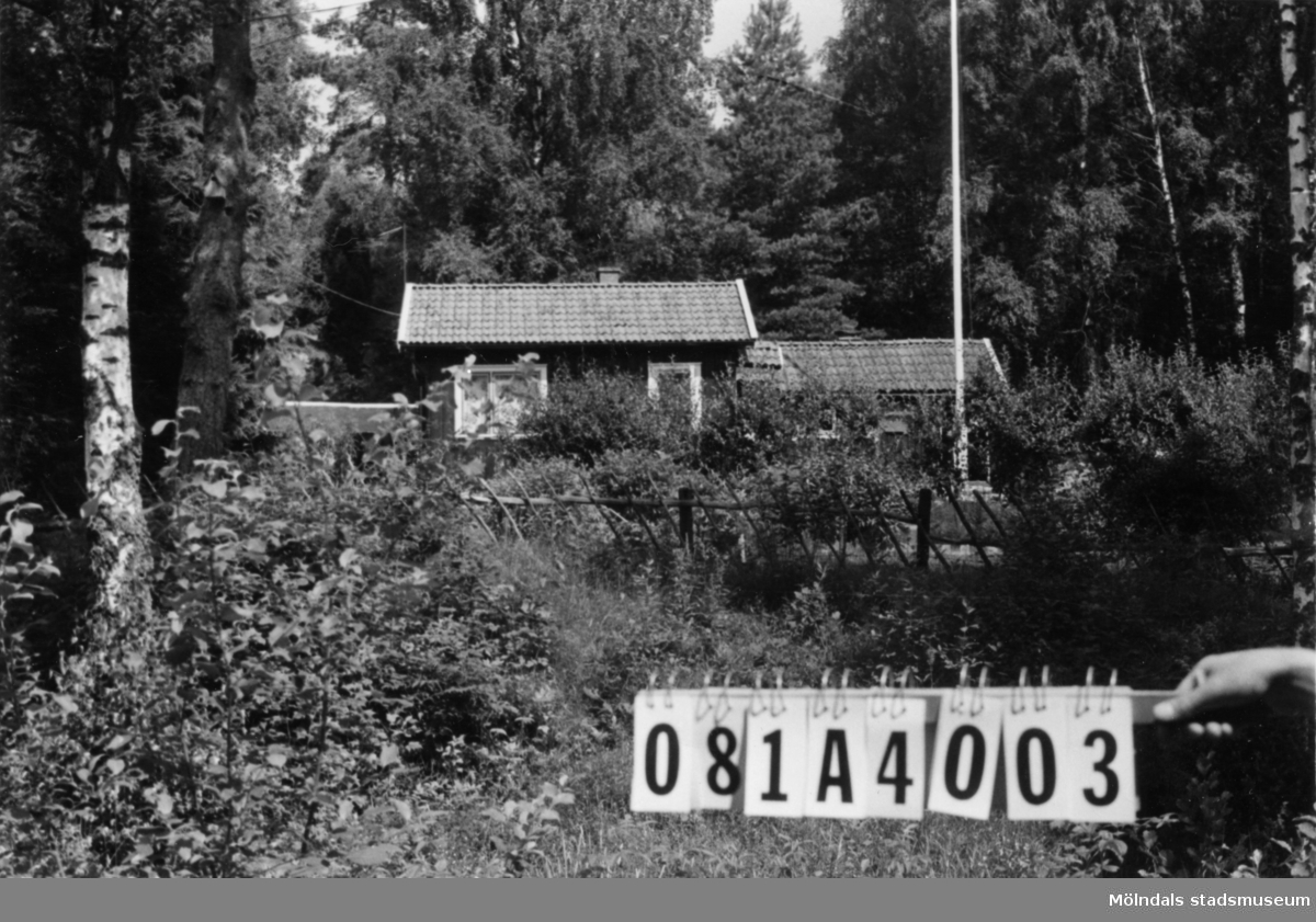 Byggnadsinventering i Lindome 1968. Skår 1:9. Hus nr: 081A4003. Benämning: fritidshus och redskapsbod. Kvalitet, fritidshus: mycket god Kvalitet, redskapsbod: god. Material: trä. Tillfartsväg: framkomlig.