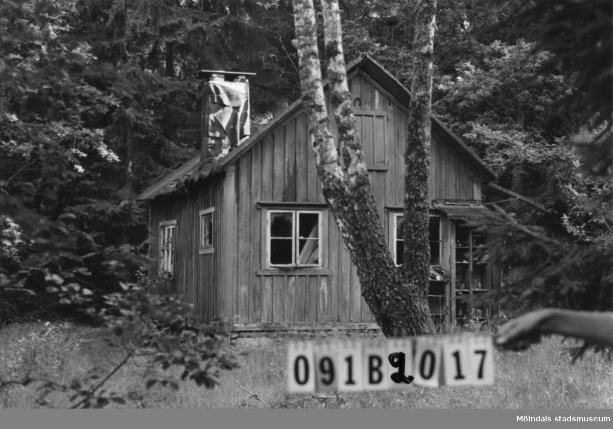 Byggnadsinventering i Lindome 1968. Greggered 1:20. Hus nr: 091B2017. Benämning: fritidshus (ruckel) och tre redskapsbodar. Kvalitet: dålig. Material: trä. Övrigt: skamfläck på en sådan tomt. Vandaliserat. Tillfartsväg: ej framkomlig.