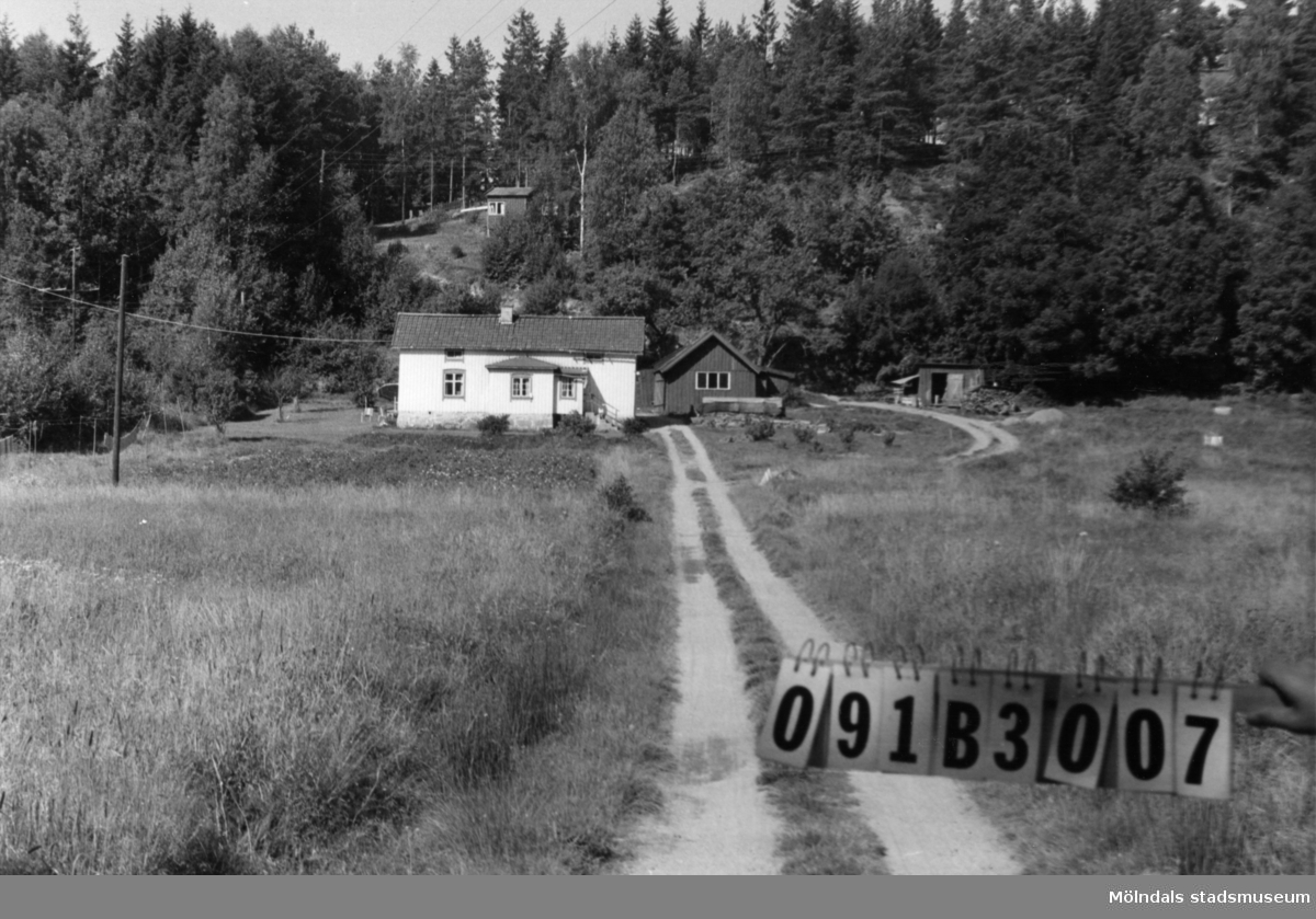 Byggnadsinventering i Lindome 1968. Dvärred 6:1. Hus nr: 091B3007. Benämning: permanent bostad och tre redskapsbodar. Kvalitet, bostadshus: god. Kvalitet, redskapsbodar: god, mindre god. Material: trä. Tillfartsväg: framkomlig.