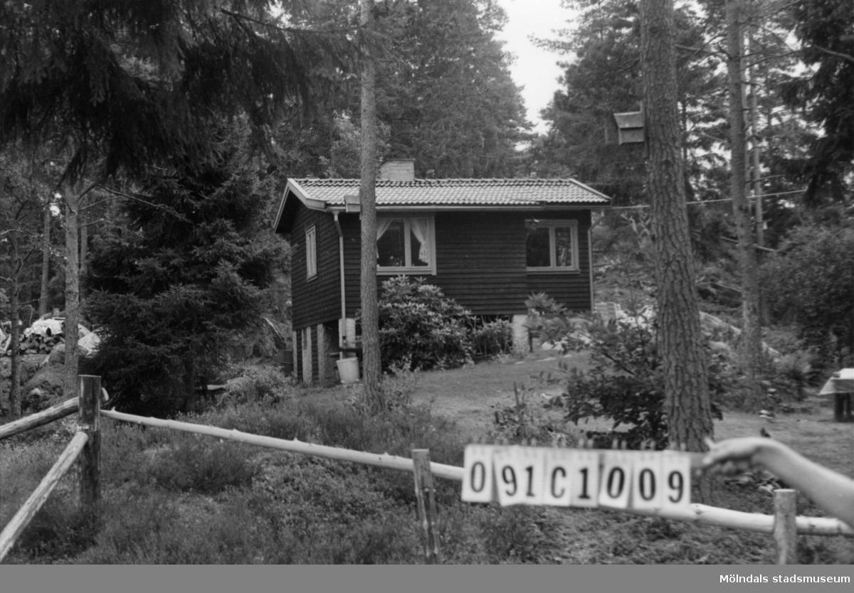 Byggnadsinventering i Lindome 1968. Skår 1:21. Hus nr: 091C1009. Benämning: fritidshus. Kvalitet: mycket god. Material: trä. Tillfartsväg: framkomlig. Renhållning: soptömning.