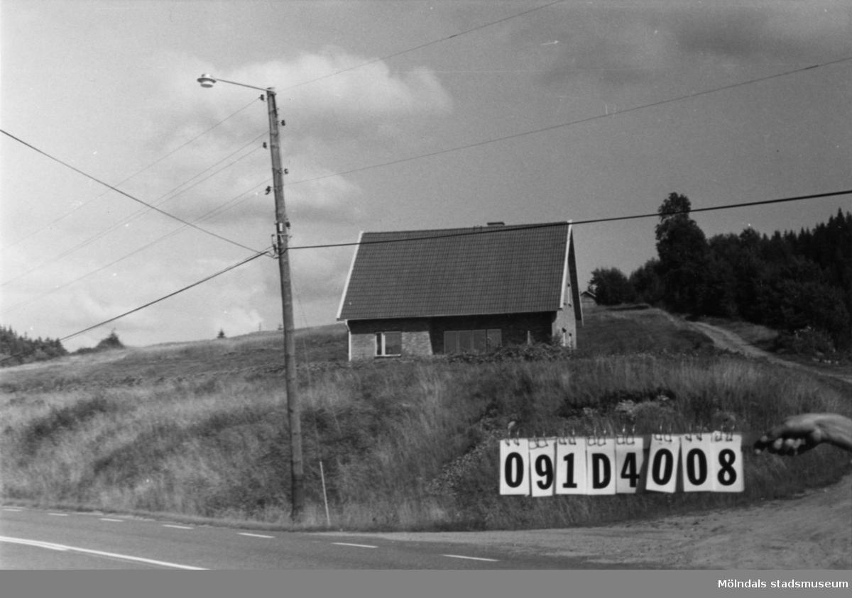Byggnadsinventering i Lindome 1968. Ålgårdsbacka 1:20. Hus nr: 091D4008. Benämning: permanent bostad. Kvalitet: mycket god. Material: gult tegel. Övrigt: mycket dåligt anpassat. Tillfartsväg: framkomlig. Renhållning: soptömning.