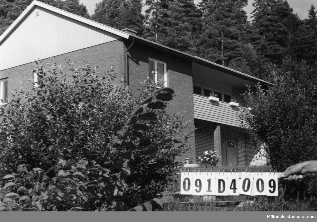 Byggnadsinventering i Lindome 1968. Brodal 1:1. Hus nr: 091D4009. Benämning: permanent bostad och redskapsbod. Kvalitet, bostadshus: mycket god. Kvalitet, redskapsbod: dålig. Material, bostadshus: mexicosten, rött tegel och trä. Material, redskapsbod: trä. Tillfartsväg: framkomlig. Renhållning: soptömning.