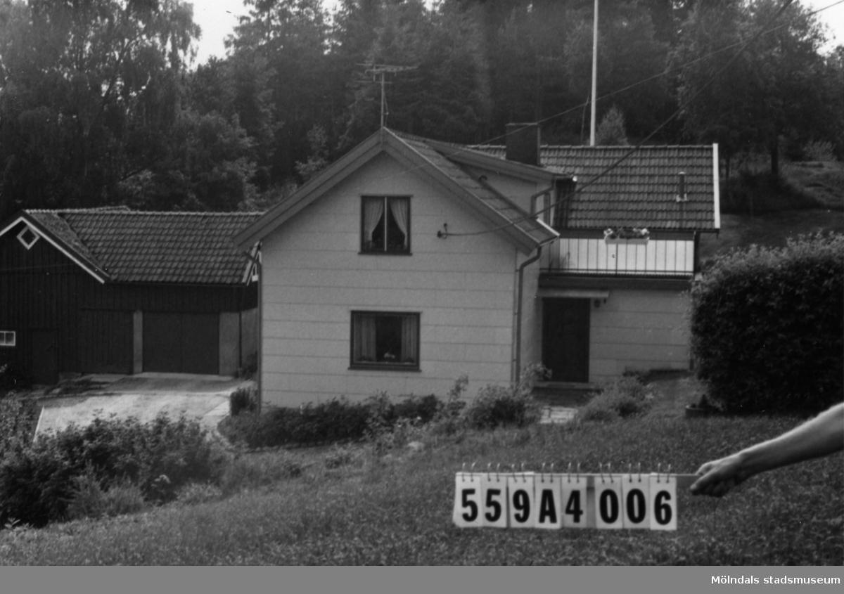 Byggnadsinventering i Lindome 1968. Högsered 3:1. Hus nr: 559A4006. Benämning: permanent bostad, redskapsbod och lekstuga. Kvalitet: god. Material, bostadshus: eternit. Material, redskapsbod: trä. Material, lekstuga: sten, puts. Tillfartsväg: framkomlig. Renhållning: soptömning.