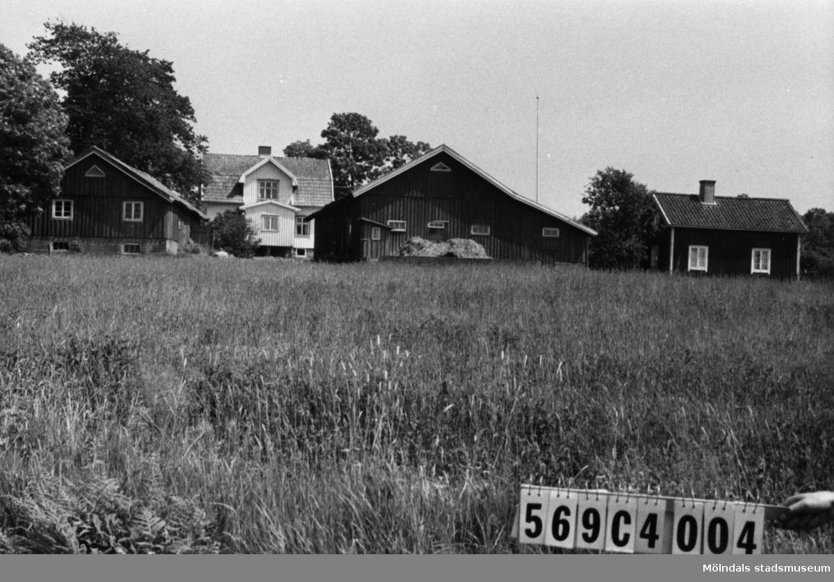 Byggnadsinventering i Lindome 1968. Lindome 1:3. Hus nr: 569C4004. Benämning: två permanenta bostäder, ladugård och redskapsbod. Kvalitet, bostadshus: det ena god, det andra mindre god. Kvalitet, ladugård: god. Kvalitet, redskapsbod: mindre god. Material: trä. Tillfartsväg: framkomlig.