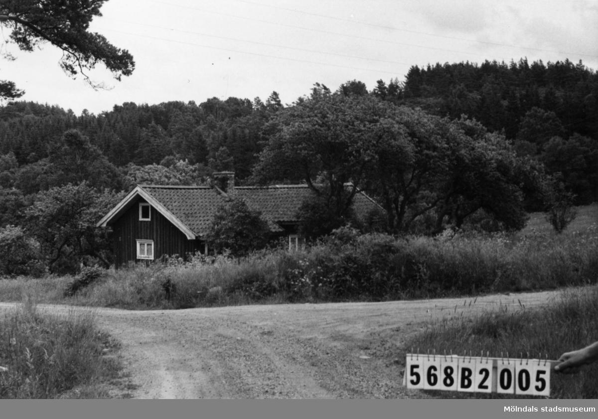 Byggnadsinventering i Lindome 1968. Skäggered 1:6. Hus nr: 568B2005. Benämning: permanent bostad. Kvalitet: mindre god. Material: trä. Övrigt: obebott. Tillfartsväg: framkomlig.