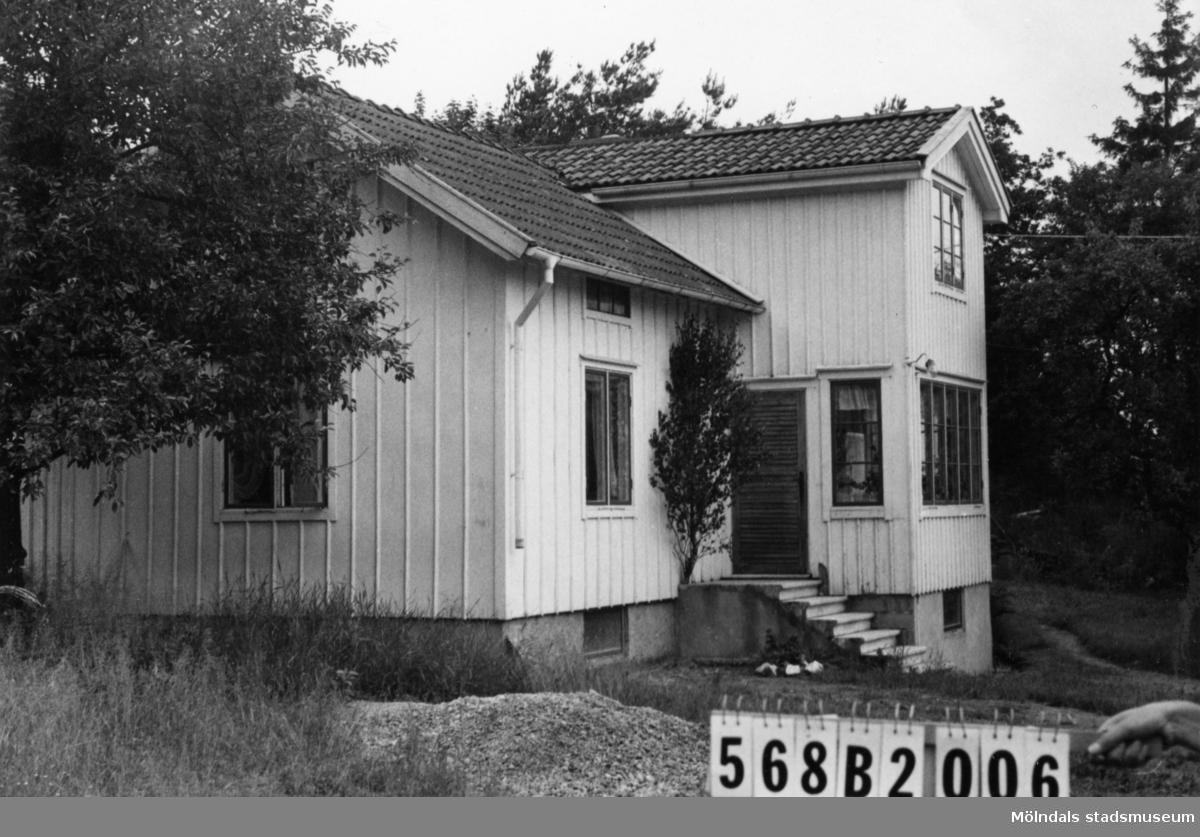 Byggnadsinventering i Lindome 1968. Skäggered 2:12. Hus nr: 568B2006. Benämning: permanent bostad, ladugård och fyra redskapsbodar. Kvalitet, bostadshus och ladugård: god. Kvalitet, redskapsbodar: mindre god. Material: trä. Tillfartsväg: framkomlig.