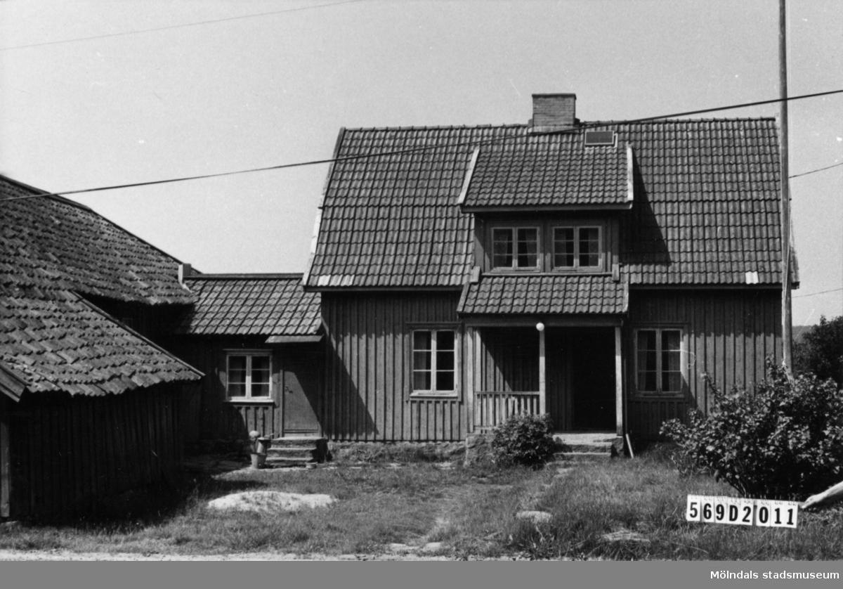 Byggnadsinventering i Lindome 1968. Lindome 6:6 III. Hus nr: 569D2011. Benämning: permanent bostad, ladugård och redskapsbod. Kvalitet: mindre god. Material: trä. Övrigt: vackert förfall. Tillfartsväg: framkomlig.