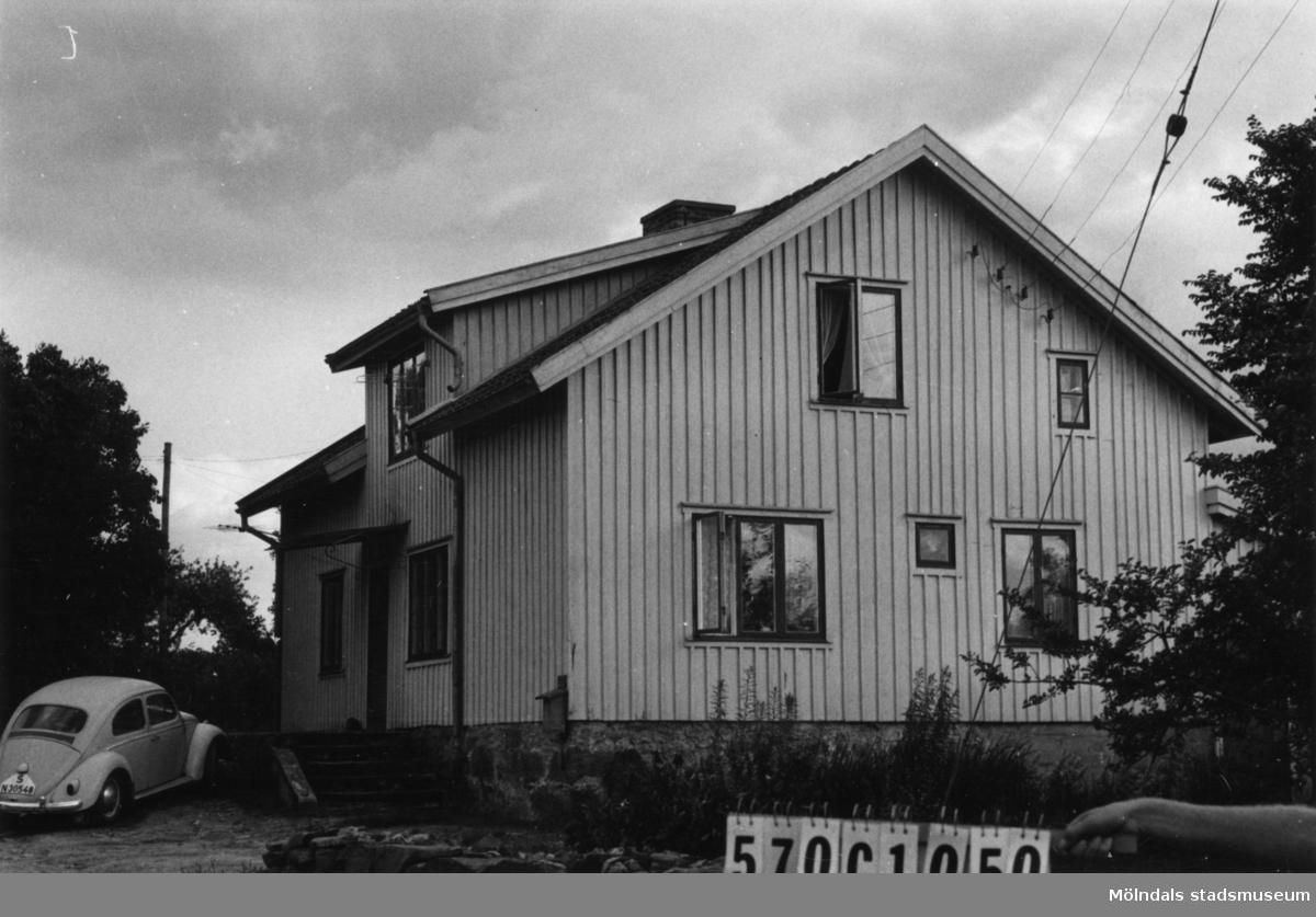 Byggnadsinventering i Lindome 1968. Dvärred 2:5 II. Hus nr: 570C1050. Benämning: permanent bostad, ladugård och två redskapsbodar. Kvalitet, bostadshus: god. Kvalitet, ladugård: mindre god. Kvalitet, redskapsbodar: mindre god, dålig. Material: trä. Tillfartsväg: framkomlig. Renhållning: soptömning.