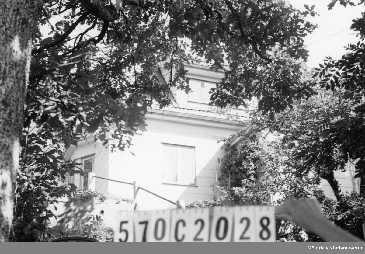 Byggnadsinventering i Lindome 1968. Dvärred 2:28. Hus nr: 570C2028. Benämning: permanent bostad och redskapsbod. Kvalitet, bostadshus: mycket god. Kvalitet, redskapsbod: mindre god. Material, bostadshus: eternit. Material, redskapsbod: trä. Tillfartsväg: framkomlig. Renhållning: soptömning.