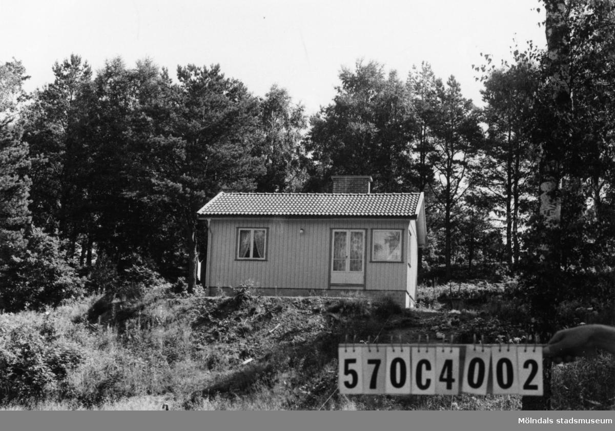 Byggnadsinventering i Lindome 1968. Dvärred 2:94. Hus nr: 570C4002. Benämning: fritidshus. Kvalitet: mycket god. Material: trä. Tillfartsväg: framkomlig. Renhållning: soptömning.