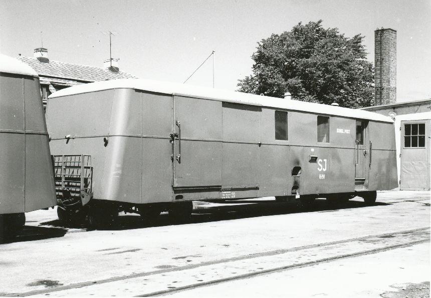 Fotografi föreställande postvagnen SJ UDF01p 1691 vid Gotlands Järnväg, foto taget i Visby 1957.