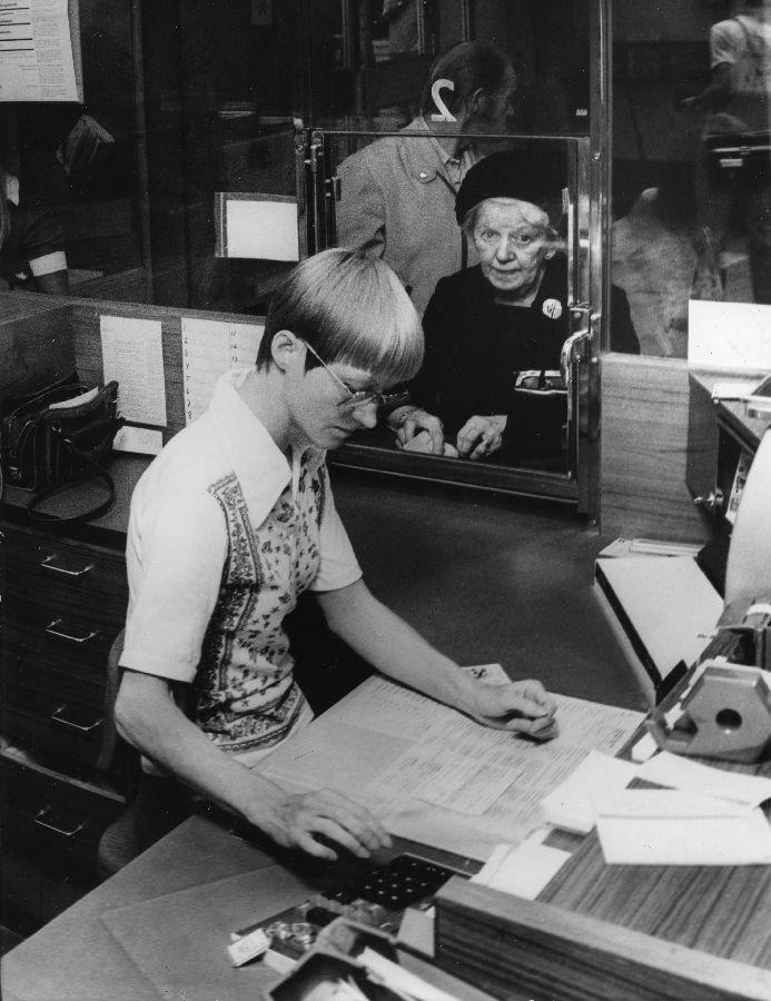 Ulla Nährström har tio års erfarenhet av att sitta i postkassa på Centralen, Stockholm. Ca 1976.