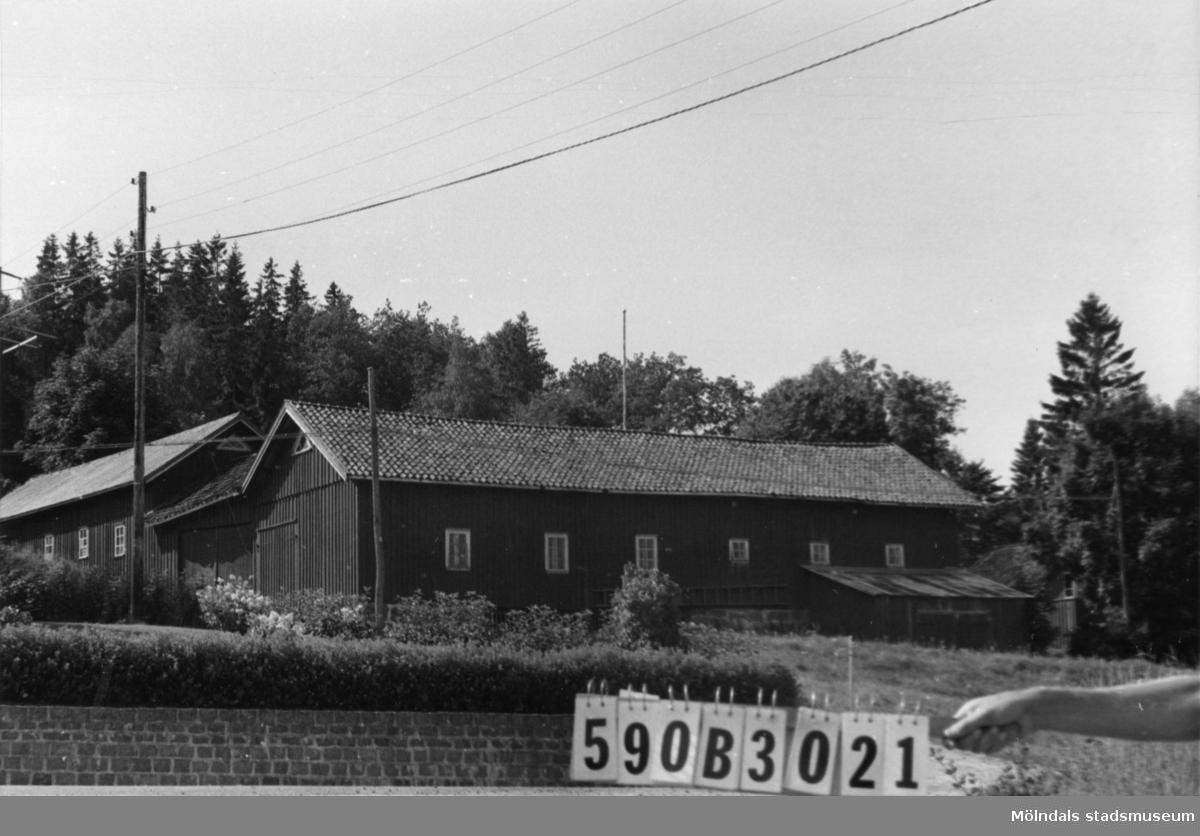 Byggnadsinventering i Lindome 1968. Hällesåker 1:8. Hus nr: 590B3021. Benämning: permanent bostad och två ladugårdar. Kvalitet, bostadshus: god. Kvalitet, ladugårdar: god, mindre god. Material: trä. Övrigt: kringbyggd. Tillfartsväg: framkomlig. Renhållning: soptömning.
