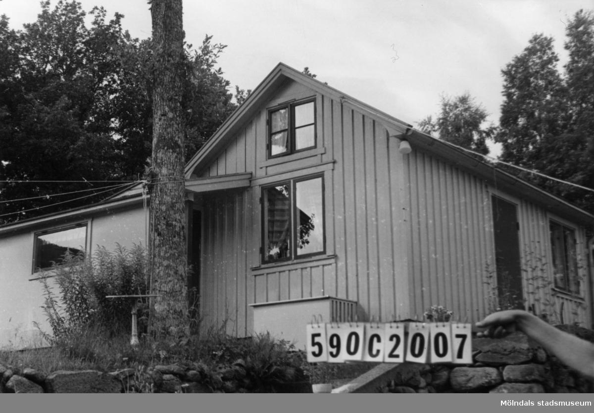 Byggnadsinventering i Lindome 1968. Tommered 1:12. Hus nr: 590C2007. Benämning: två permanenta bostäder och två redskapsbodar. Kvalitet, bostadshus: god. Kvalitet, redskapsbodar: mindre god. Material: trä. Övrigt: två hus, det ena kanske fritidshus eller gäststuga. Tillfartsväg: framkomlig. Renhållning: soptömning.