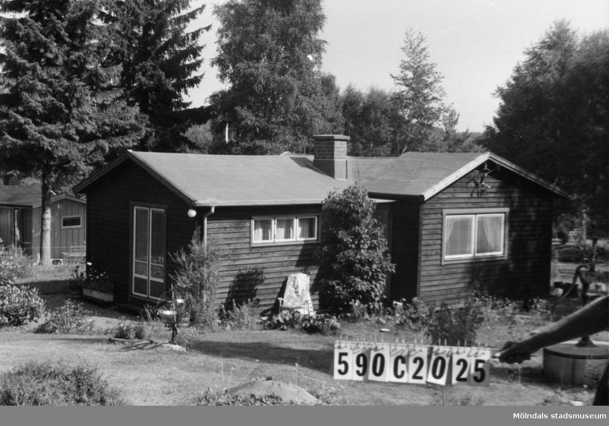 Byggnadsinventering i Lindome 1968. Hällesåker 3:38. Hus nr: 590C2025. Benämning: fritidshus, gäststuga och redskapsbod. Kvalitet: mycket god. Material: trä. Tillfartsväg: framkomlig. Renhållning: soptömning.
