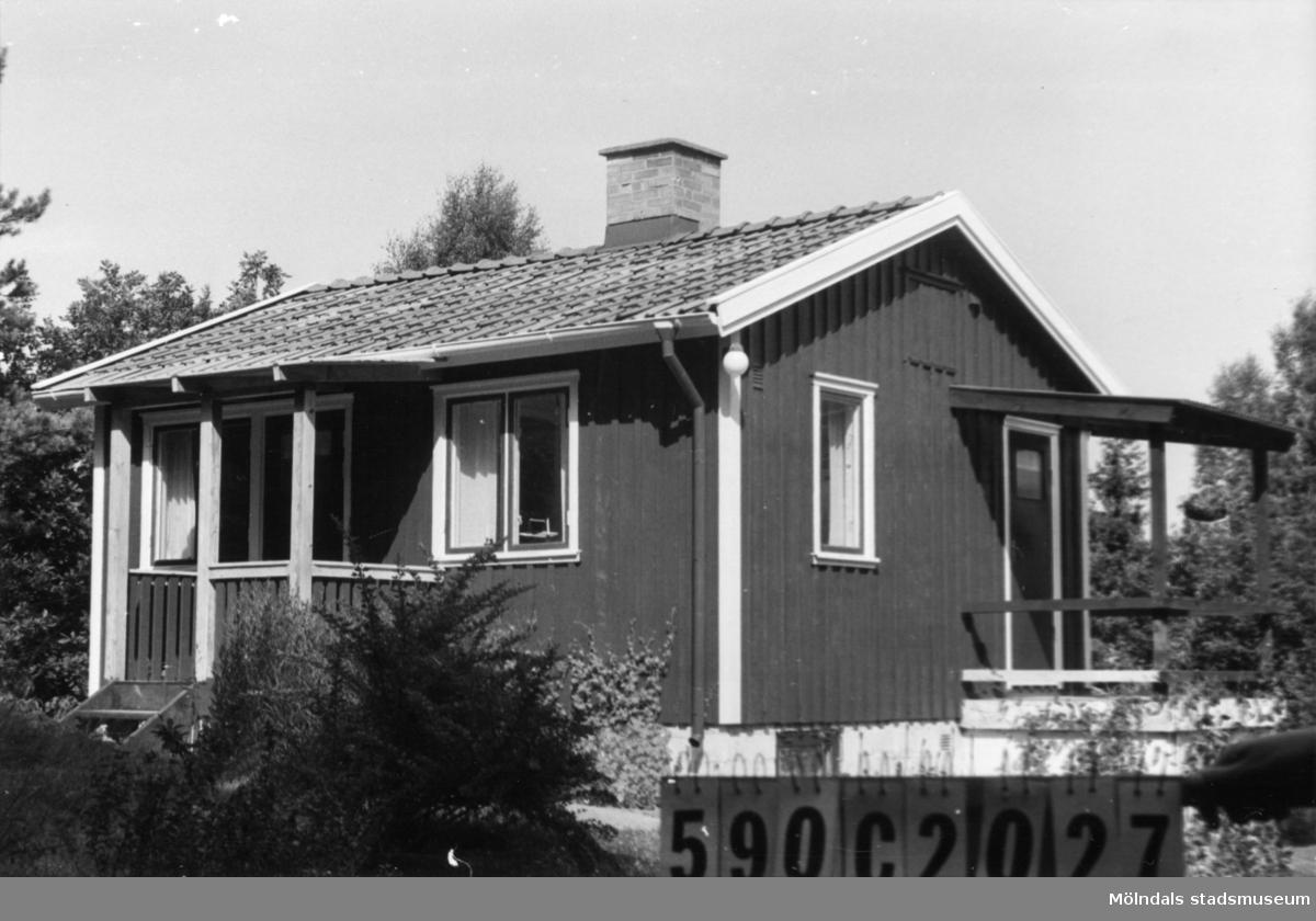 Byggnadsinventering i Lindome 1968. Hällesåker 3:57. Hus nr: 590C2027. Benämning: fritidshus och gäststuga. Kvalitet: god. Material: trä. Tillfartsväg: framkomlig. Renhållning: soptömning.