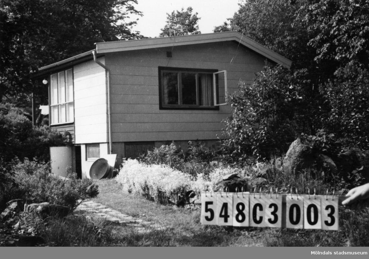 Byggnadsinventering i Lindome 1968. Hällesås 1:30. Hus nr: 548C3003. Benämning: fritidshus. Kvalitet: god. Material: eternit. Tillfartsväg: framkomlig. Renhållning: soptömning.