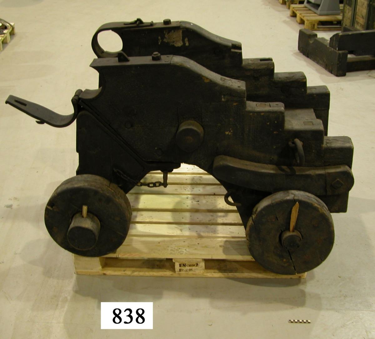 12 cm Marshallslavett  med tillhörande transportlavett, av trä, svartmålad.