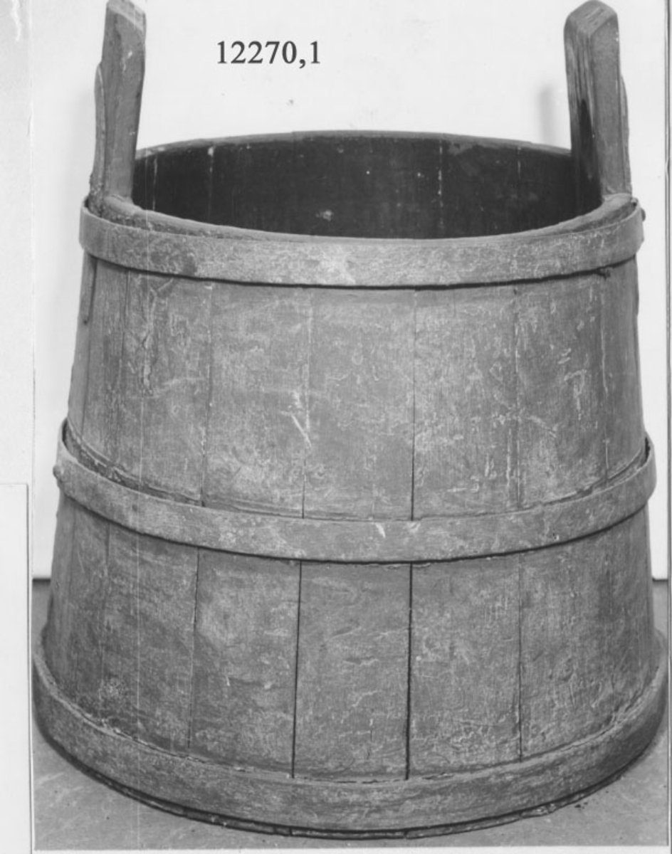 Så, vatten- till slanghandspruta m/1851. Konisk. Försedd med tre järnband. Två laggar är förlängda och utgör handtag med runda hål för bärok. Kring hålet ett hästskoformat  beslag. 3 st. rödmålade. Diameter i dimensioner avser botten och toppen på föremålet.