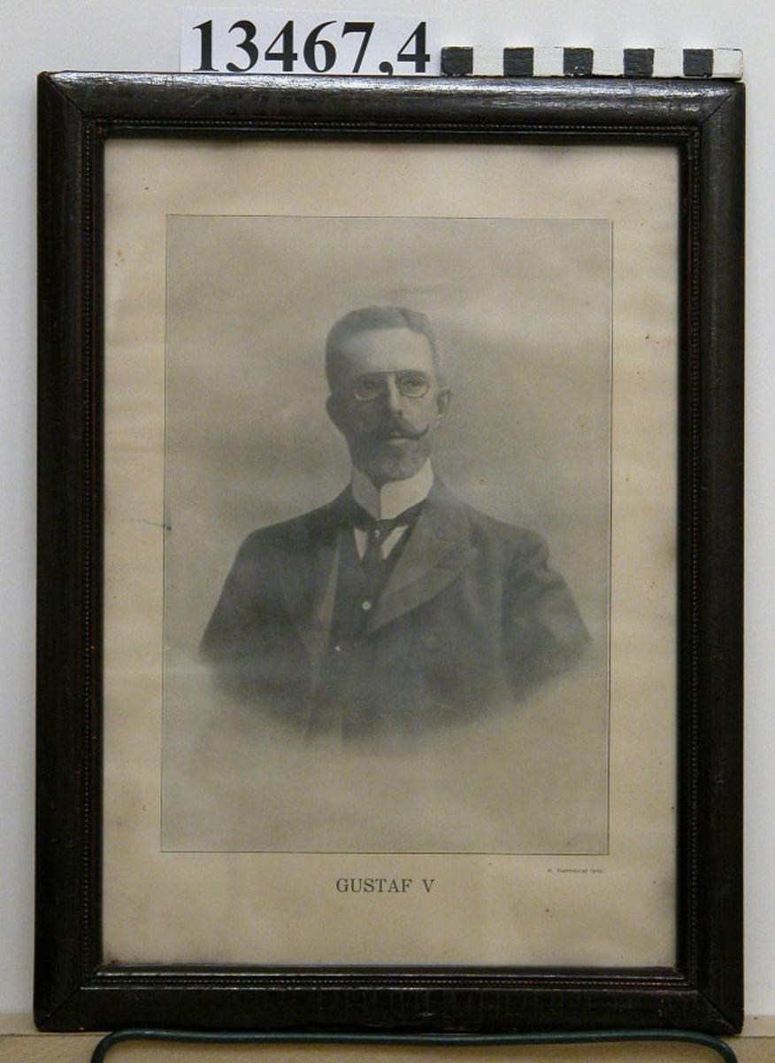 Fotografi inom glas och ram. Porträtt av H.M. konung Gustaf V. Har tillhört något av flottans fartyg. Neg.nr A 761 2:3