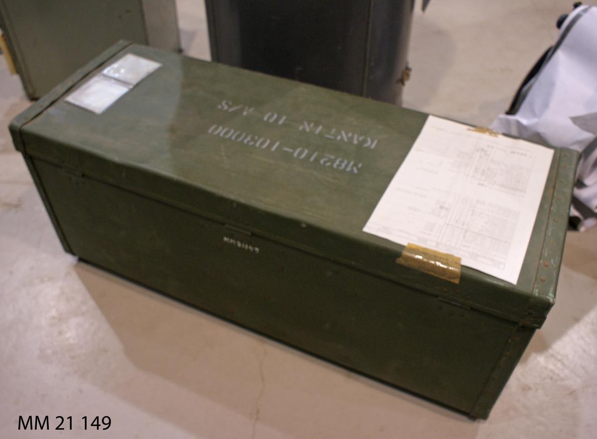 Låda av grönmålad pressad, tjock papp. Bygelhandtag av järn. Två läderremmar för stängning. Invändigt gråmålad, med innehåll för ca tio personer, se MM21150 - 21181.