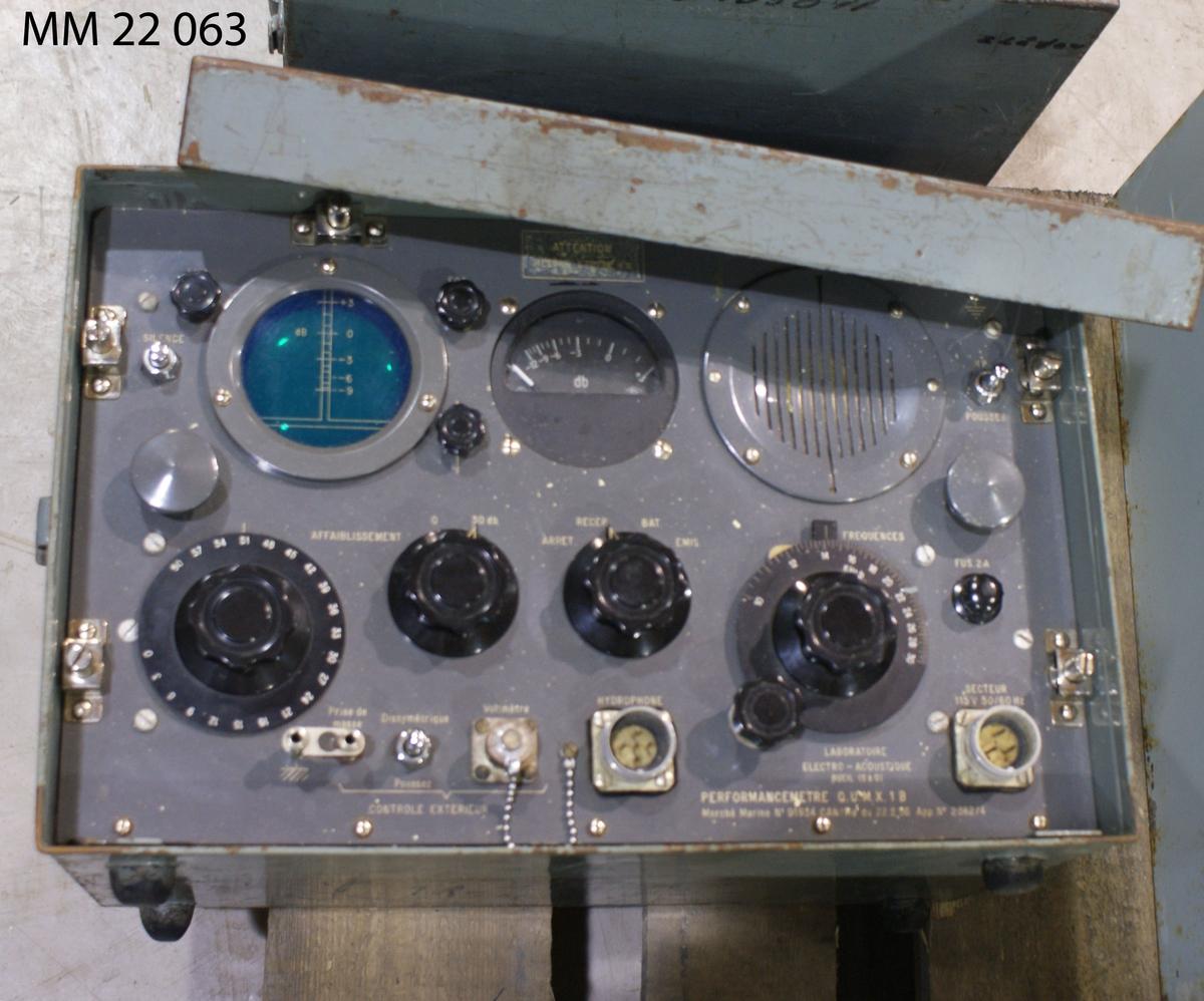 Hydrofonprovare QUMX av metall i förvaringslåda. Dimensioner avser förvaringslåda. Materielnummer: M 3763-105011. Tillhör MM22064.