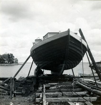 Småland, Kalmar län, Södra Möre härad, Söderåkra socken, Djursvik. Fiskebåt under reparation på Fredrik Jonssons varv.