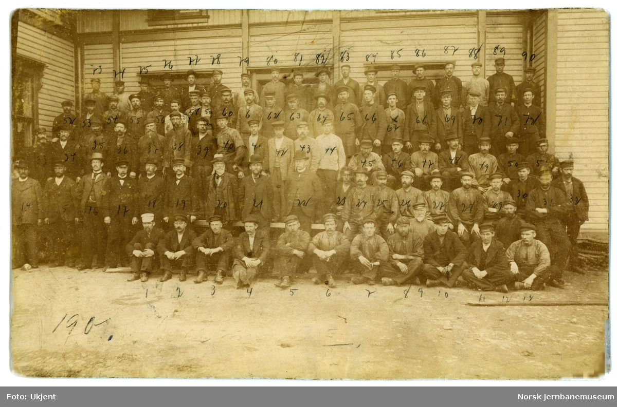 Gruppebilde av de ansatte ved jernbaneverkstedet i Hamar