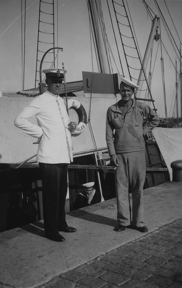 Fartyg: SVALAN                          Varv: Bergsunds MV Övrigt: Livet ombord på Svalan. Från vänster 2:a maskinist Stavsudd o Göte Zaar