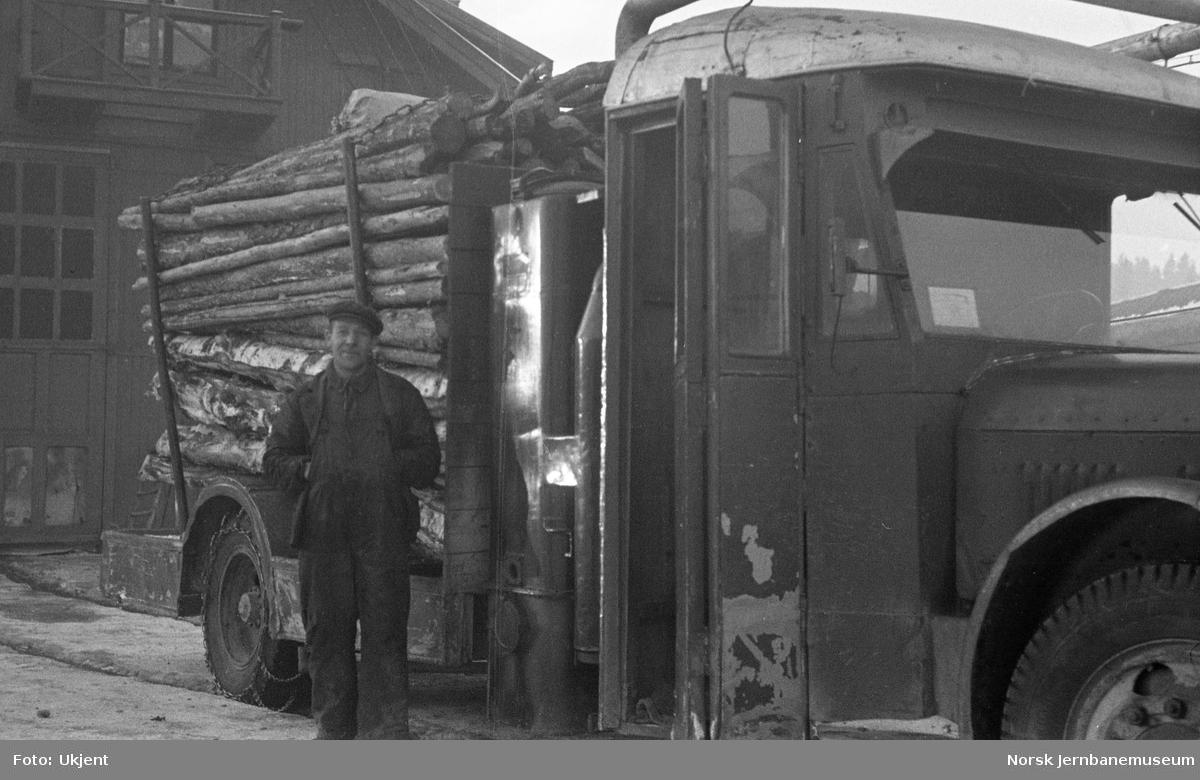 Tømmerbil - ombygd buss - med påmontert gassgenerator
