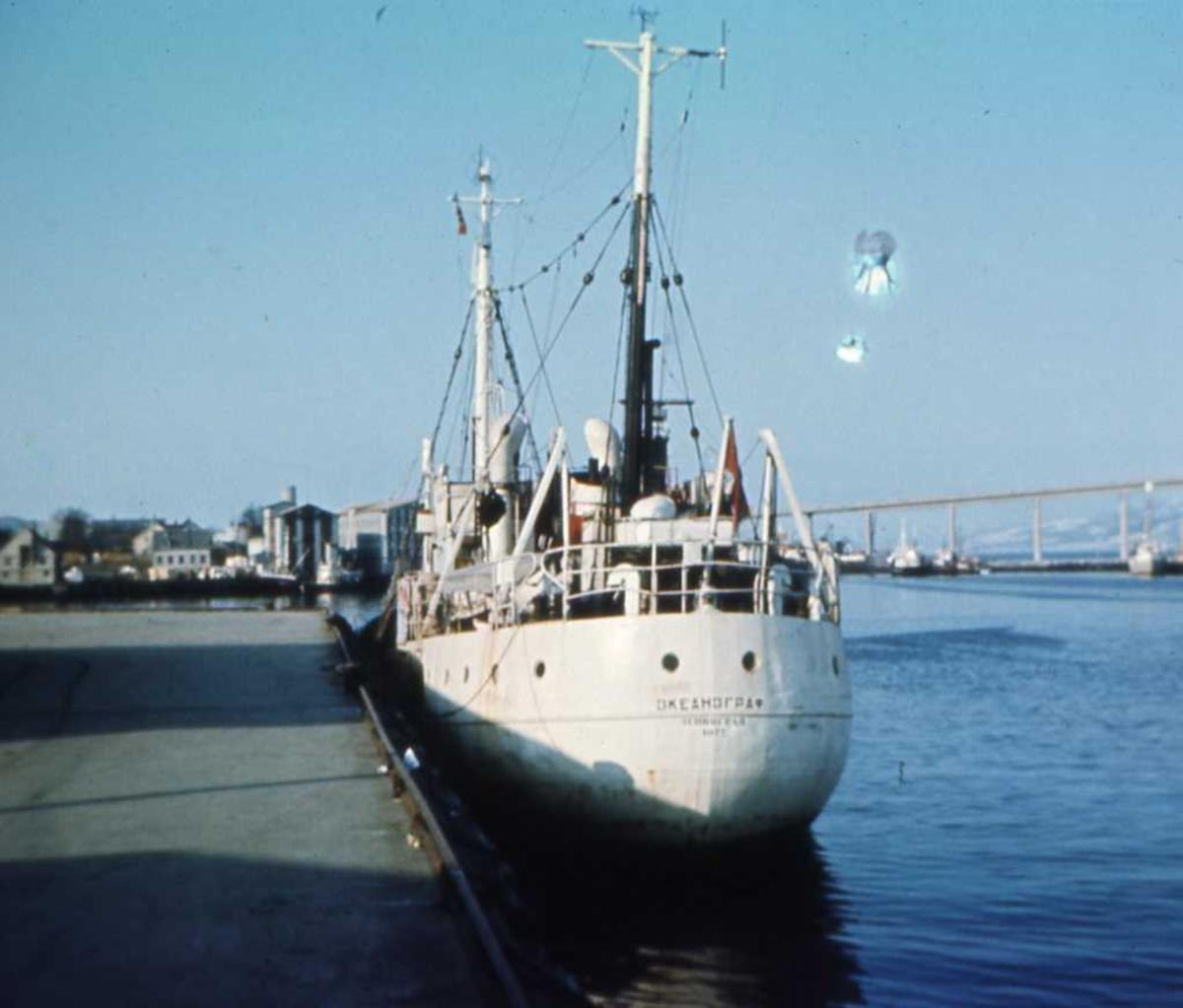 Russisk fartøy som heter Okeanograf og som ligger ved kai i Tromsø. I bakgrunnen sees Tromsøbrua.