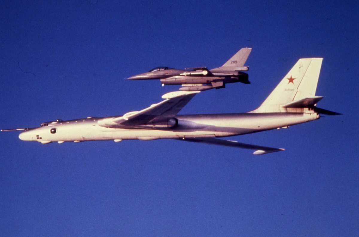 Russisk fly av typen Bison B og foran en norsk F-16 med nr.289.