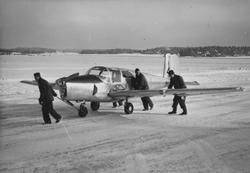 Flygplan TP 91 dras ut på flygfält på F 8 Barkarby, vinterti