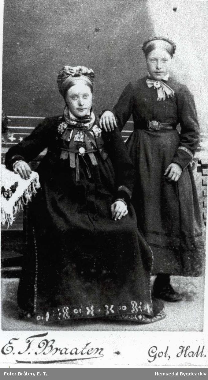 Får venstre: Gunvor A. Thorset, fødd 1869, gift Trøim. Gunhild A. Thorset, fødd 1875, gift Thorset