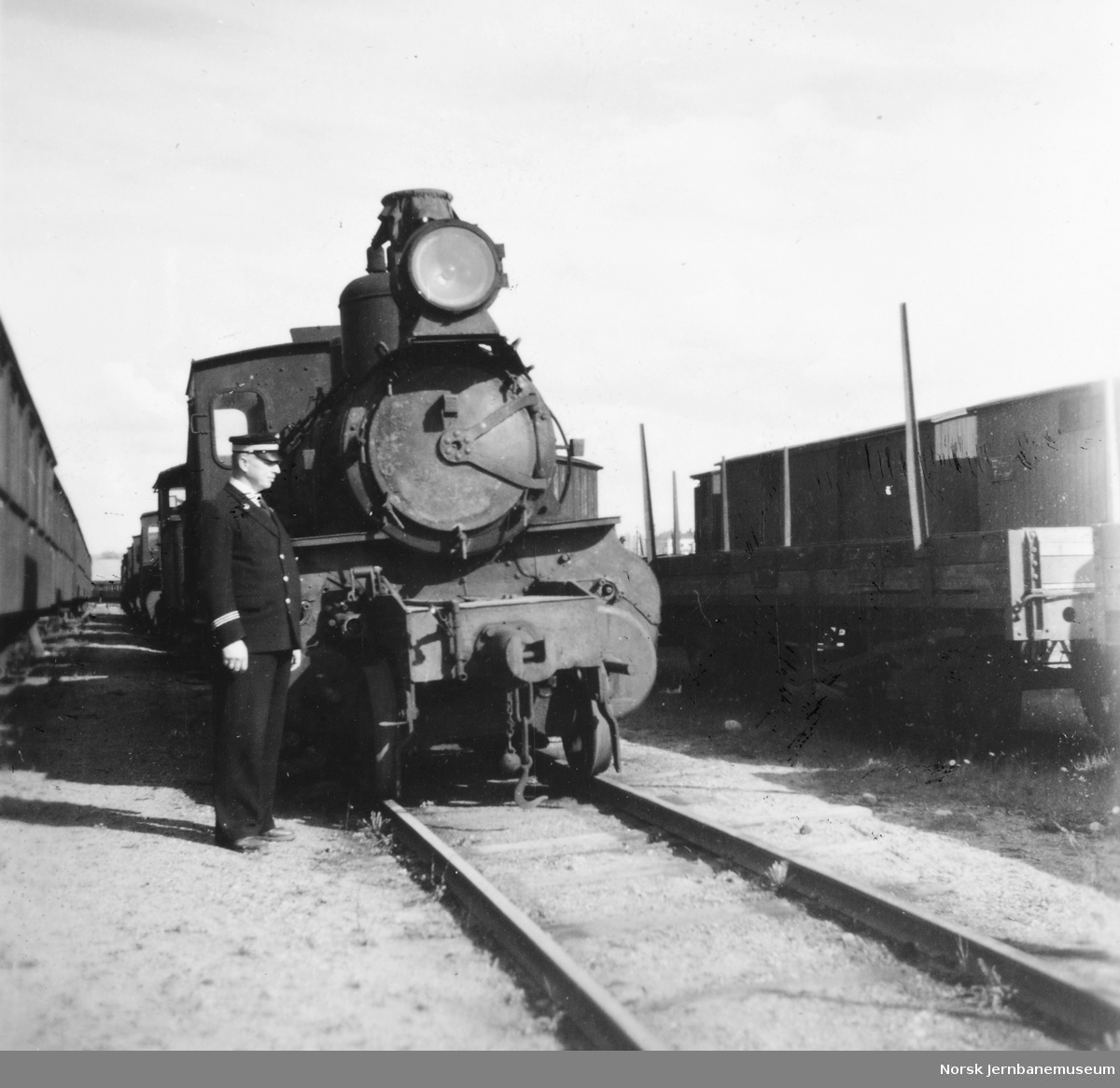 Hensatt smalspormateriell i Drammen - damplokomotiv og stasjonsmester Frydenlund