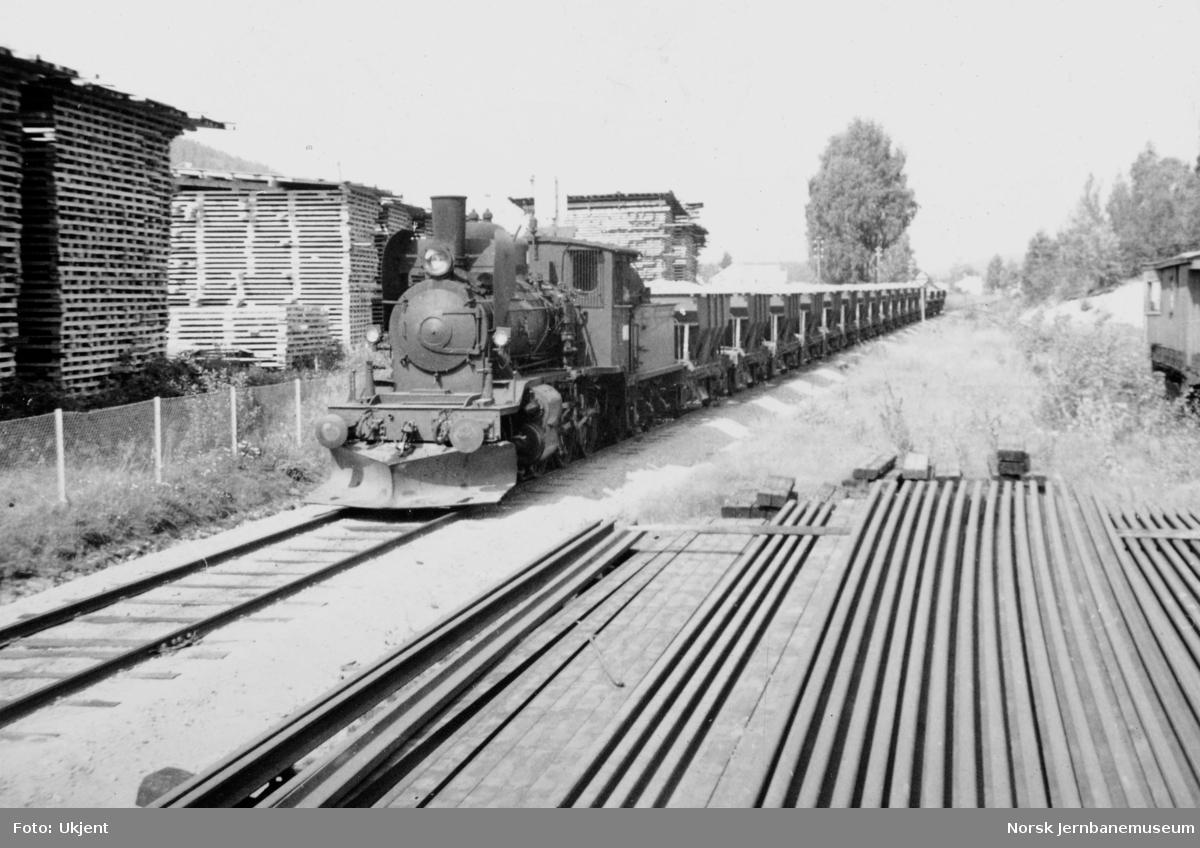 Damplokomotiv type 21e nr. 207 med grustog ved innkjøring mot Kongsberg