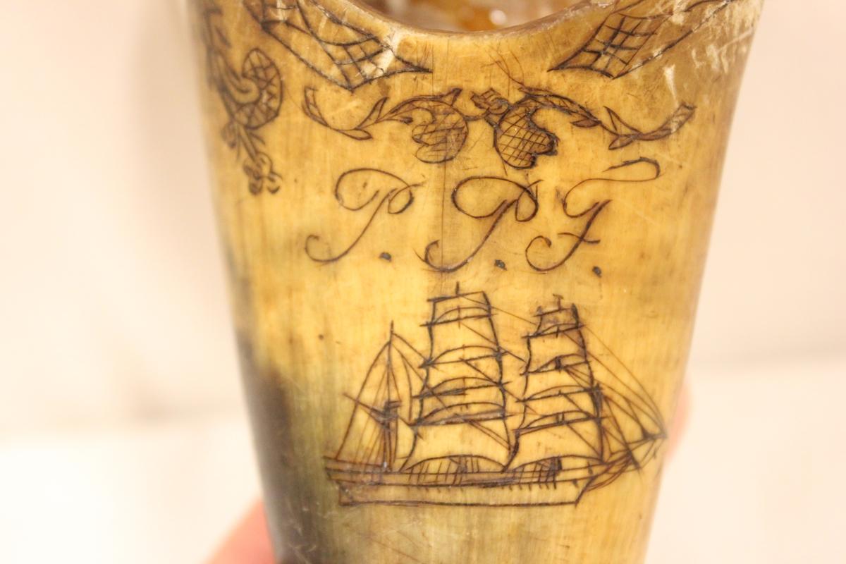 A) Mønster oppe langs kanten, og en seilskute framme. B) En rand langs kanten, og et hjerte