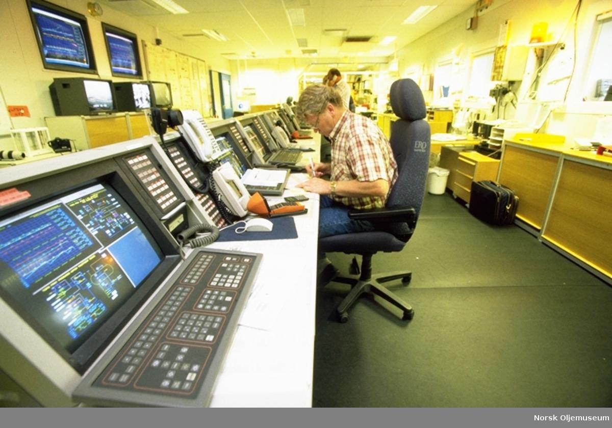 Friggfeltet - Kontrollromsoperatør Tom Viggo Ovastrøm på kontrollrommet på QP