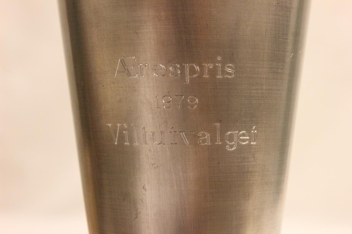 Pokal til Paul Knipe. Ærespris 1979 Viltutvalget. En skytter støpt på toppen av lokket.