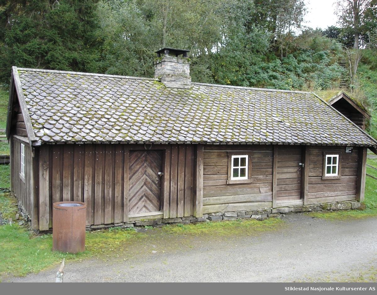 Bygningen er ca. 10 m lang og ca. 5,5 m bred. Den er bygd av laftet tømmer i en etasje og står på gråsteinsmur. Bygningen har to rom, ei smie og ett tørkehus.
