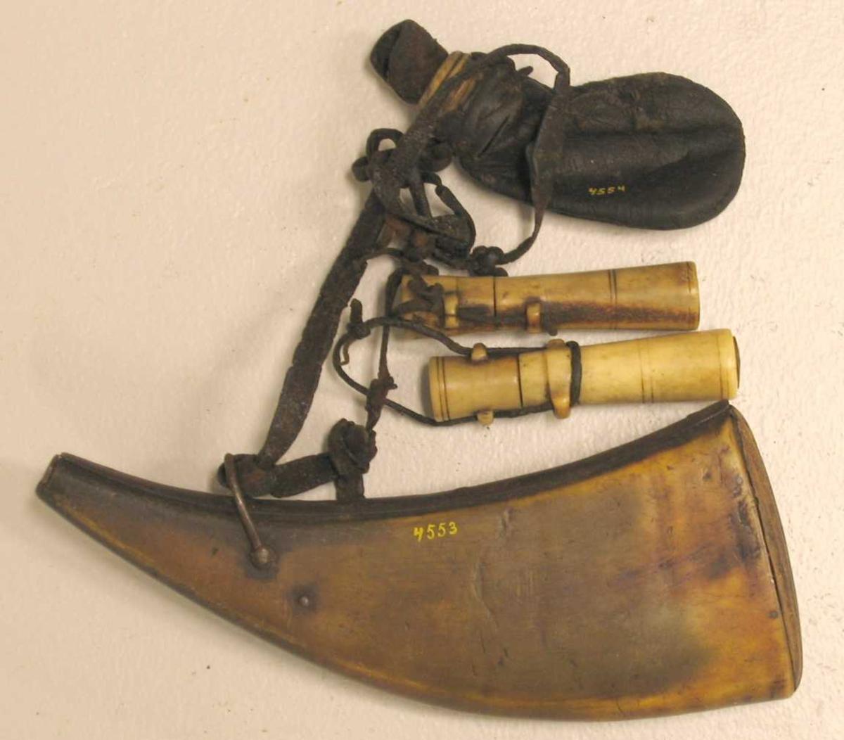 1 krudthorn.  Flatperset  krudthorn i hvis nedre ende er indsat træbund. Har fjermekanisme til aapning av øvre ende. Kjøpt paa auktion efter Rasmus R. Kreken, ved K. A. Ormbergstøl.