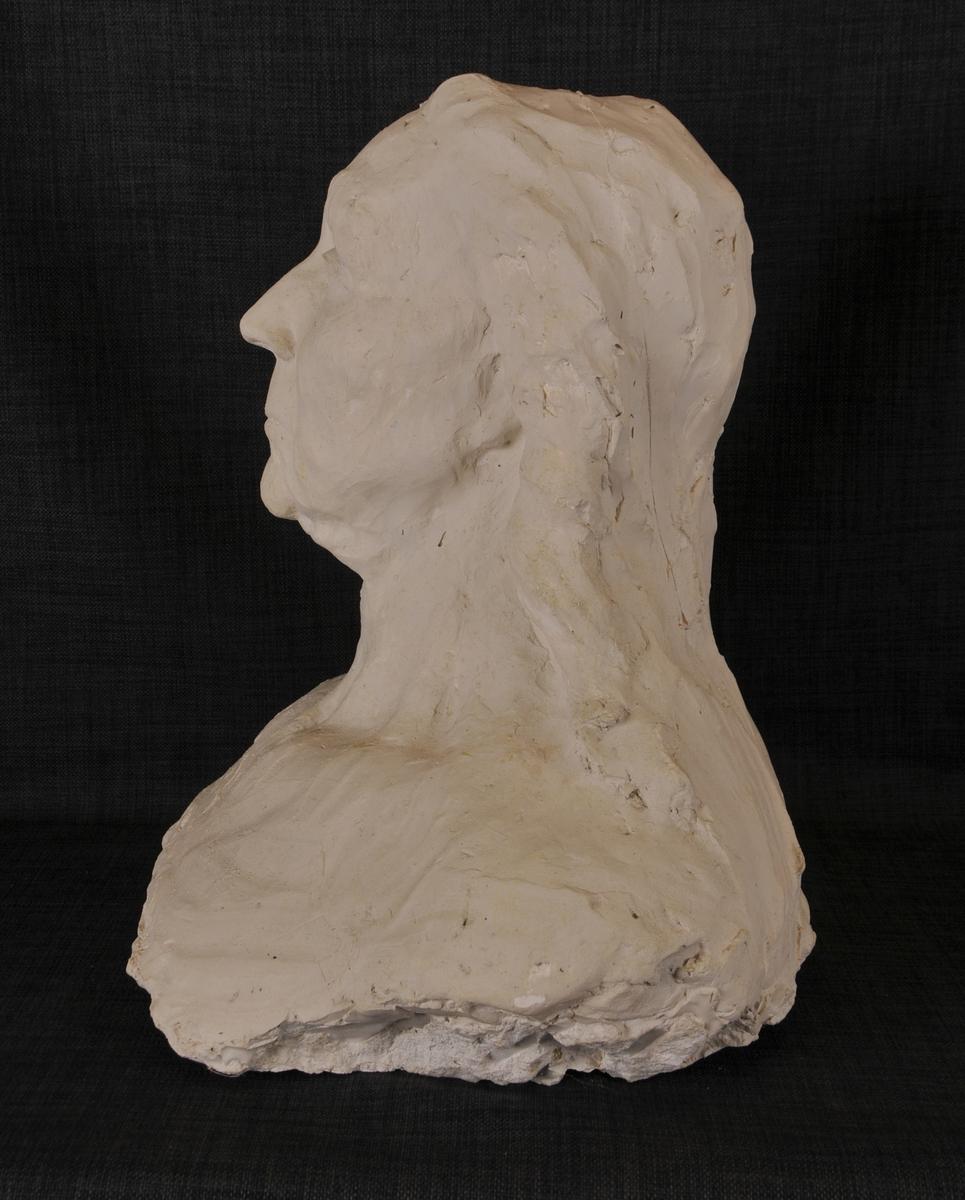 """Kvinnebyste i gips. Dette er eit utkast til skulpturen """"Mor Norge"""". Modell til skulpturen var Birgit Haugen, Dalane."""