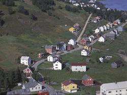 Flyfoto av Trondenesveien, tatt fra Sama i retning Trondenes