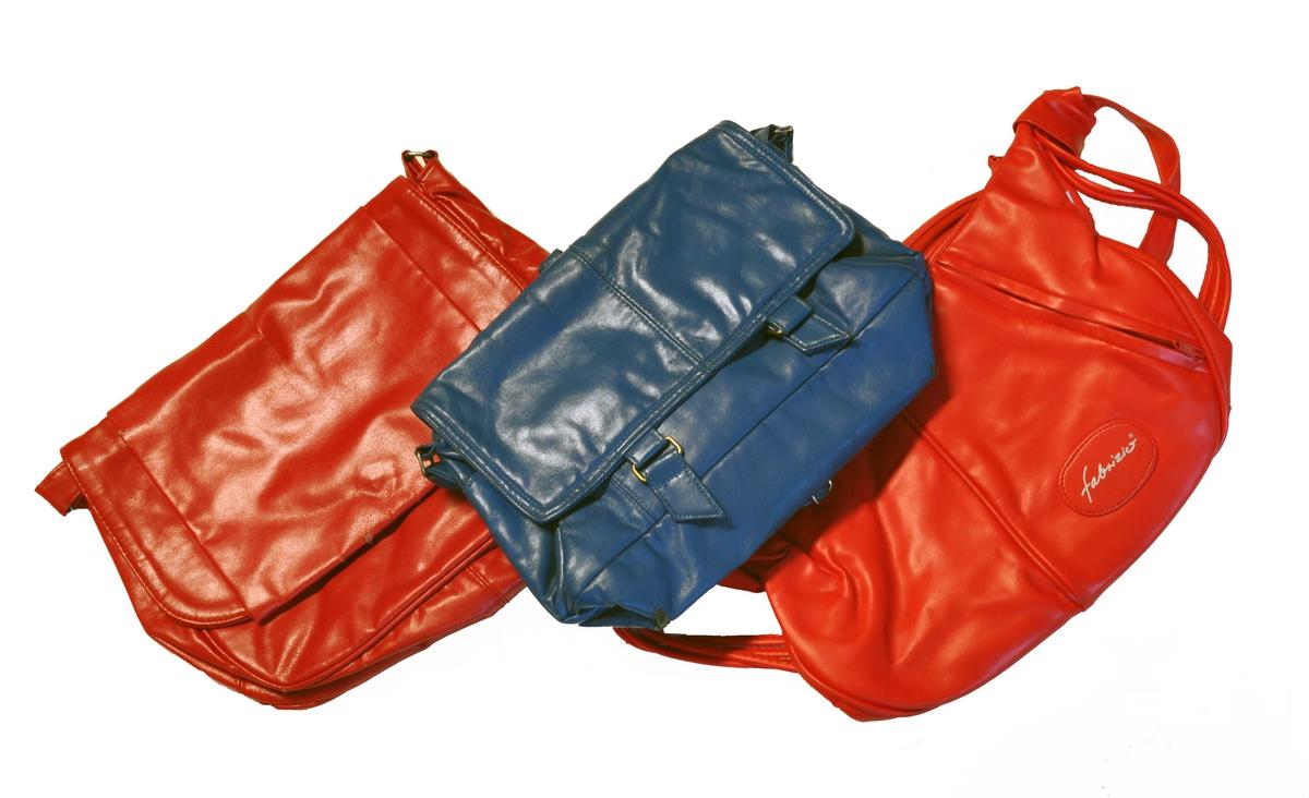 8 stk handvesker med ulik form og farge - 7 av veskene inneheld øyredobbar
