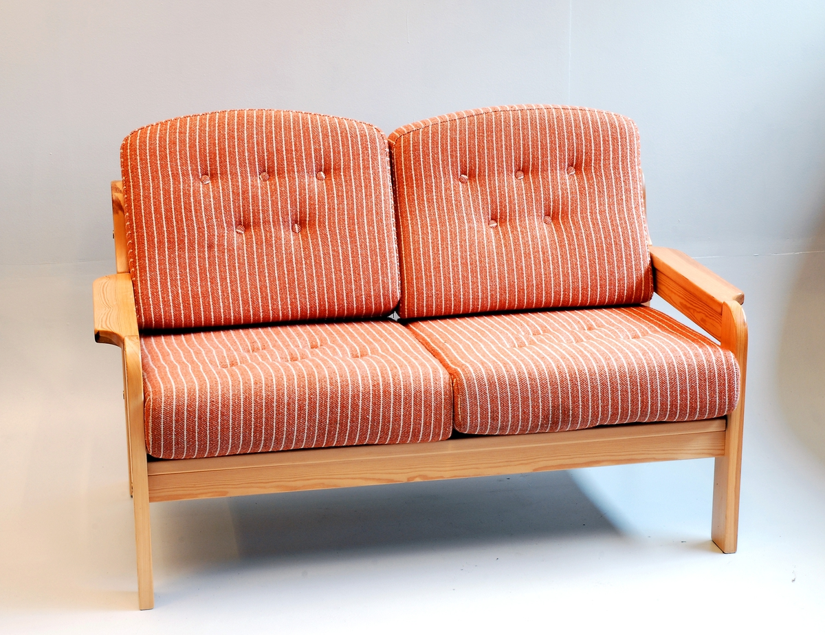 3-setar,  2-setar, 1 lenestol og 1 bord. Sofa og lenestol har lause puter i sete og rygg.