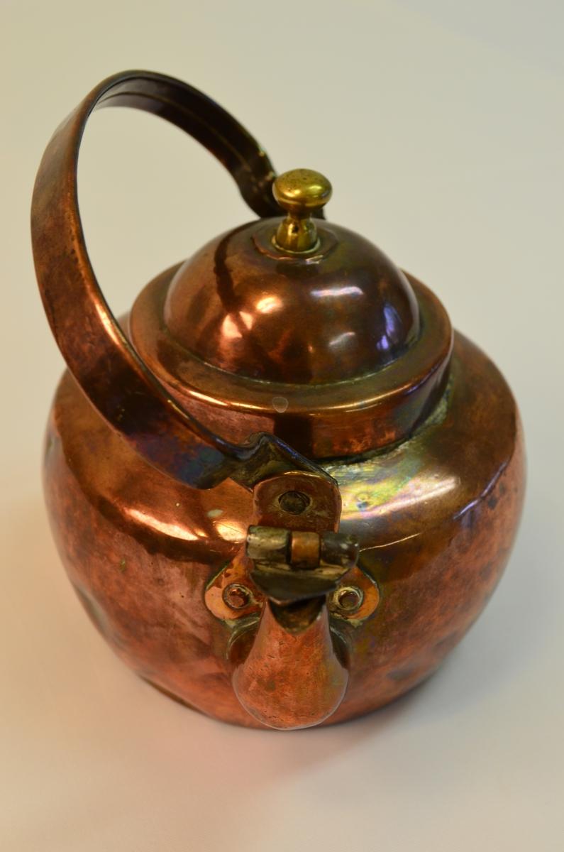 Kaffikanne i messing med lok og hank. Har ein del bulkar og er godt brukt.