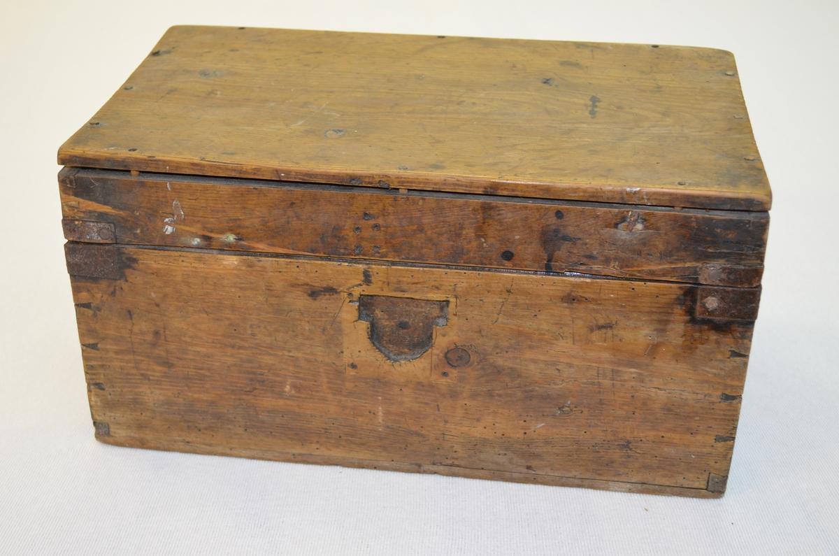 Treskrin med rom i loket. Skrinet har ein leddik. Det er tydeleg eit skriveskrin og innheldt skrivesaker.  Det er laga til opning for å setje inn ein lås, men låsen er aldri blitt sett inn. Skrinet er tydeleg slitt.