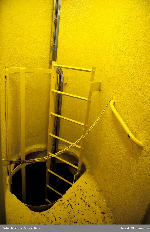 Trappa i U10.  Du kan enten ta heisen eller trappa nedover i utstyrsskaftet på Statfjord B.  U10 er utstyrsdekk 10.