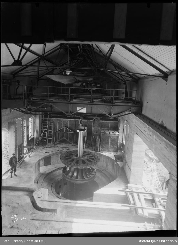 Ukjent fabrikkinteriør, mann takkonstruksjon. 1936.