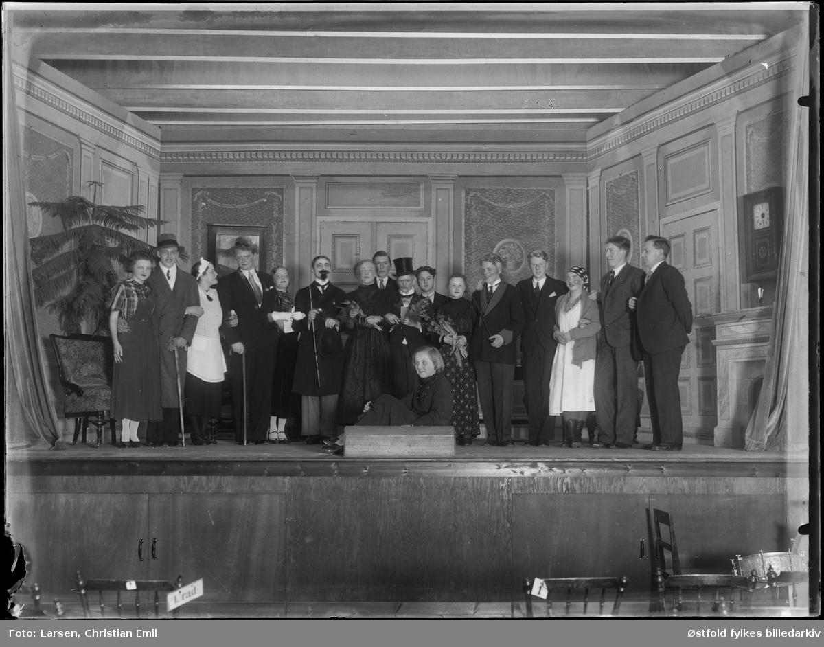 Gruppe med skuepsillere på scene 1935. Kostymer. Ukjent sted og ukjent stykke.